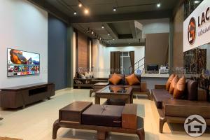 Mẫu sofa gỗ đẹp được bài trí tại showroom Nội Thất Lạc Gia