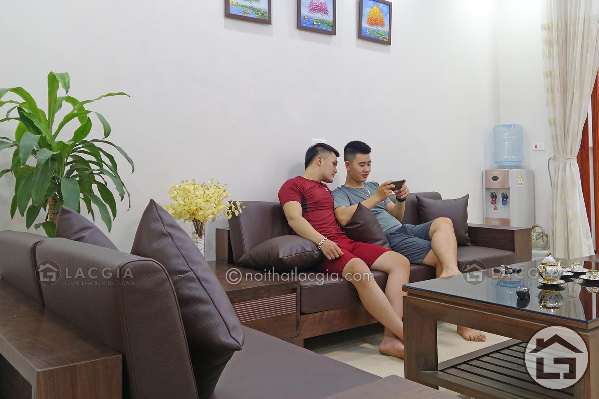 Bài trí sofa gỗ phòng khách theo kiểu quy tụ