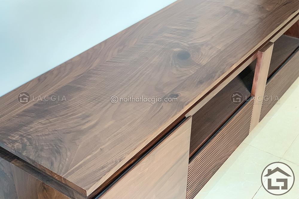Kệ tivi với chất liệu gỗ óc chó